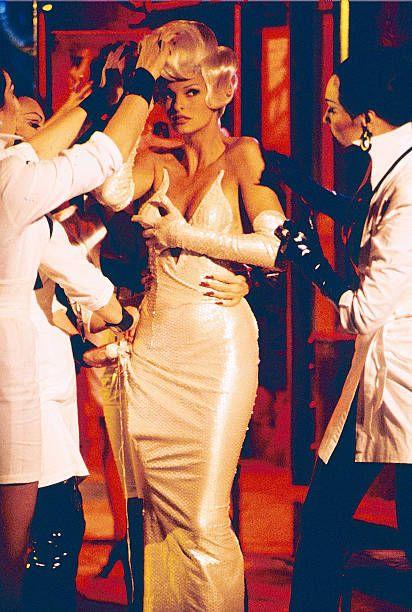 Linda Evangelista in Too Funky di George Michael indossa un abito di Mugler
