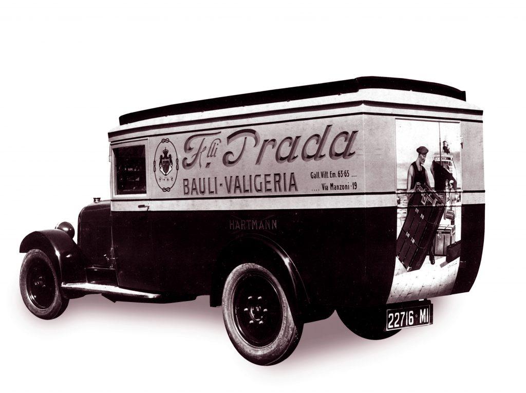Dizionario della Moda Mame: Prada. Il van per le consegne, 1918.