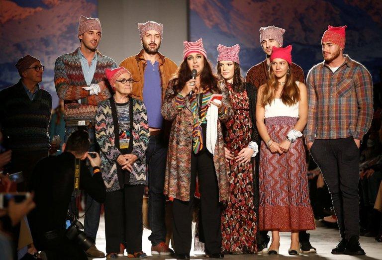 Dizionario della Moda Mame: Missoni. I Missoni indossano i cappelli Pink Pussy durante la sfilata Autunno/Inverno 2017.