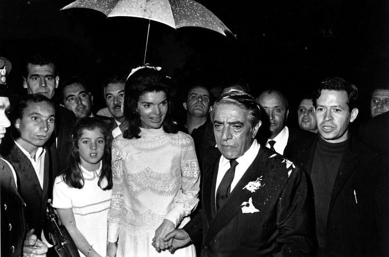 Dizionario della Moda Mame: Valentino. Jackie Kennedy in Valentino per il suo matrimonio.