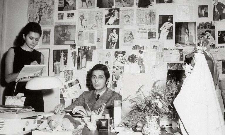 Dizionario della Moda Mame: Valentino. Il giovane stilista nel suo studio.