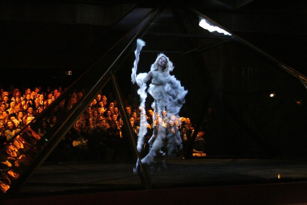 Ologramma di Kate Moss durante una sfilata